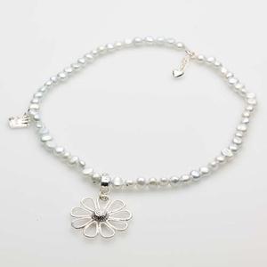 Pearls for Girls halsband med pärlor och silverblomma, ljusblå längd 45 cm