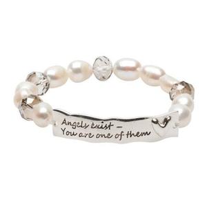 Pearls for Girls. Armband med vita pärlor och textplatta